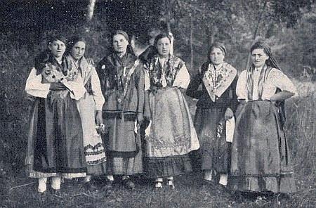 Děvčata z Hor ve starém kroji hornoplánského okolí
