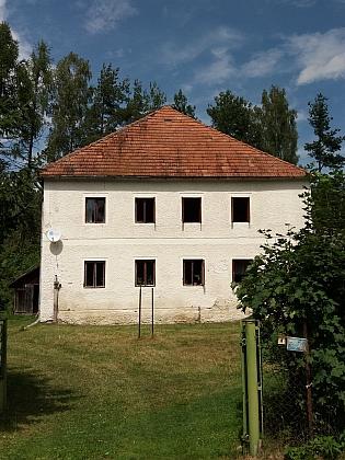 Dvě částečně zachovaná původní stavení v Horách (viz i Adolf Webinger)