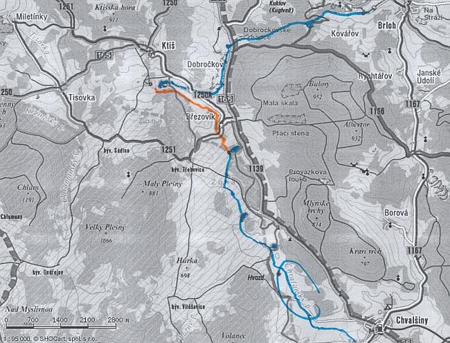 Oranžově je na současné turistické mapě vyznačen průběh dnes zaoraného kanálu u Březovíku