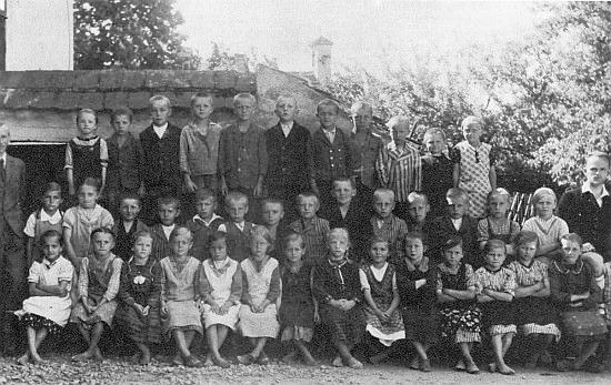 Se spolužáky ze školy v Březovíku, ročníků narození 1927 až 1930, ve druhé řadě pátý zleva s rozhalenkou