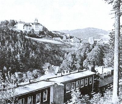 Vimperský zámek shlíží tu na vlak, klesající na pohlednici z roku 1925, kdy měla Katharina Fuchsová svatbu, do údolí Volyňky