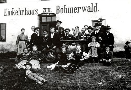 "Naproti škole, do které v rodných Cudrovicích chodíval, stála hospoda ""Einkehrhaus      zum Böhmerwald"", zde na snímku z roku 1911 podle data na naraženém sudu"