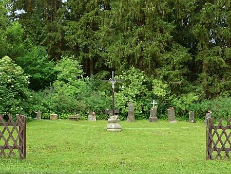 Kříž na místě, kde stával cudrovický kostel a pietně upravený hřbitov na snímcích z roku 2018