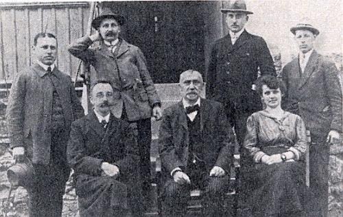 Stojí zcela vlevo na snímku učitelského sboru školy v Dešenicích (1923), první zprava je Oswald Fritz