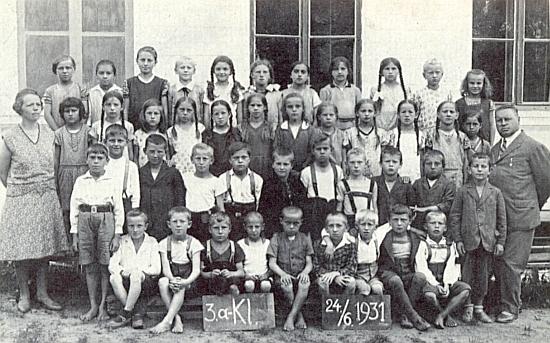 Tady stojí zcela vpravo na konci školního roku 1931 se žáky 3.A v Dešenicích