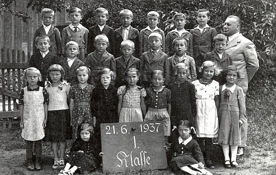 V roce 1937 s 1. třídou dešenických školáků už jako pan řídící