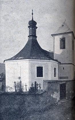 Kostel sv. Mikuláše v Dešenicích ještě s okolním hřbitovem