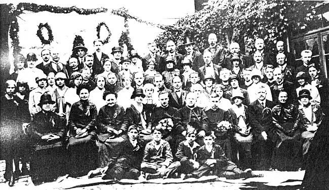 Vzácné foto z vimperské dvojí primice roku 1926: ze tří kněží v prvé řadě sedí odleva Ottomar Rausch, děkan Dominik Brunner a Isidor Gabriel