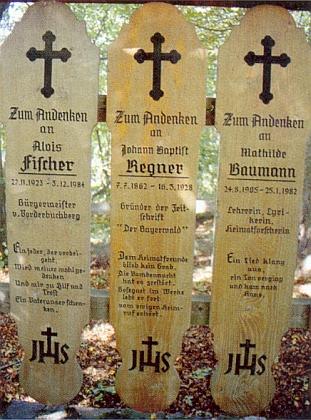 """Umrlčí prkna při """"vysoké cestě"""" do Eschlkamu, z nichž jedno je věnováno památce Regnerově, to vpravo vedle pak památce básnířky Mathilde Baumannové"""