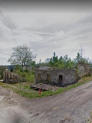 """Hostinec Jakuba Hartla v Perneku nesl název """"zum Fasching"""" tj. """"u masopustu"""", budova byla stržena v roce 2012, kdy ještě její torzo zachytil Google Street View - dnes (psáno 2021) zůstává parcela prázdná"""