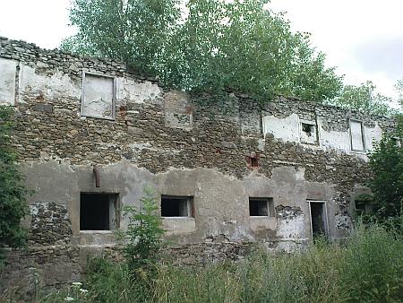 ... chátrající mohutná budova byla stržena v roce 2012 (pravý snímek zachycuje boční stěnu)...
