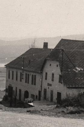 ... tato fotografie jej zachycuje pravděpodobně v letech šedesátých, v pozadí je již vidět Lipenské jezero, v detailu se zdá, že hostinec aobchod stálefungovaly...
