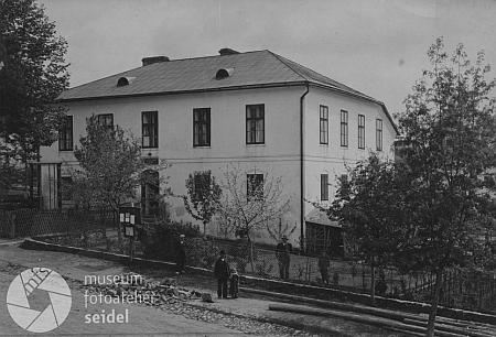 Někdejší škola v Perneku na Seidelově snímku...