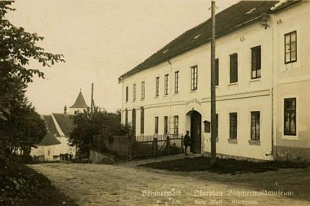 Josef Wolf zachytil i dům čp. 115 v Horní Plané - někdejší hostinec manželčiných rodičů, později sídlo Šumavského muzea