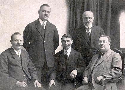 V redakci českobudějovického vydavatelství Moldavia prvý zleva sedící spolu s Antonem Schacherlem (sedící vedle něho vpravo)