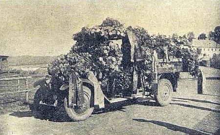 Pohřební průvod cestou ke kostelu v Černé a nákladní auto vydavatelství Moldavia obtížené věnci při jeho šumavském pohřbu na snímcích hornoplánského fotografa Johanna Mayera