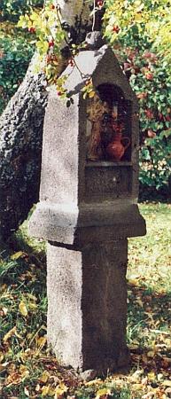 Boží muka v Milešicích u dnešního rekreačního objektu na snímku zroku 1997