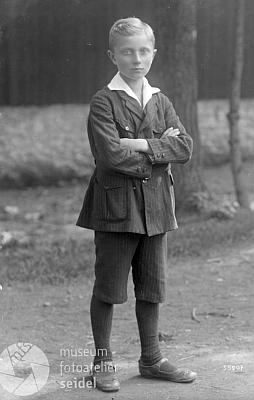 Leopold Kralik jako chlapec na snímku z fotoateliéru Seidel sdatem20.září roku 1925