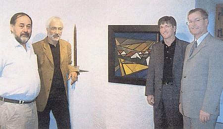 Na výstavě malíře Herberta Muckenschnabla stojí jako řečník na vernisáži druhý zleva