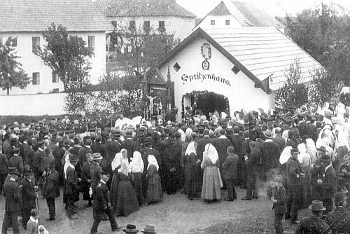 """Tady je jeden z """"farářů z Cudrovic"""" při svěcení hasičské stříkačky v roce 1922, vlevo od požární zbrojnice je zdejší dvojtřídka, vzadu hostinec a těch lidí jen, co stojí vpředu!"""