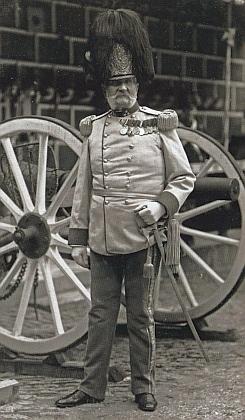V plné parádě jej Seidel zachytil na střelnici roku 1900