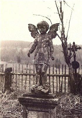 Dva snímky z kvildského hřbitova před jeho úplnou likvidací, uskutečněnou v roce 1978