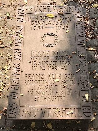 Pamětní deska na hřbitově kláštera Corvey u Höxteru v Severním Porýní-Vestfálsku