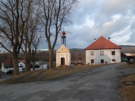 Náves v Křenově na snímku z roku 2014