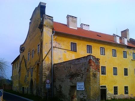 Zlatokorunský kostel sv. Markéty sloužil laickým návštěvníkům, kteří nemohli do kostela klášterního, v roce 1420 byl husity poničen, po obnově sloužil duchovním účelům až do roku 1785 - po zrušení kláštera tu byla mimo jiné sirkárna či tužkárna; v roce 1854 kostel vyhořel