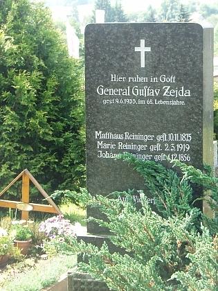 Hrob generála Zejdy Chvalšinách, kde jsou i jména některých z mnoha zdejších Reiningerů