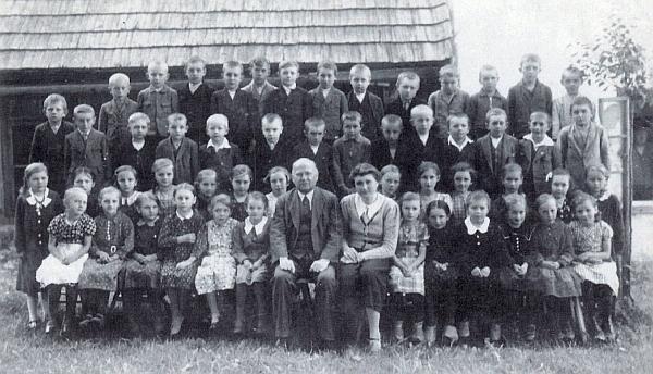 Se žáky křišťanovské obecné školy a učitelkou Marií Ilgovou
