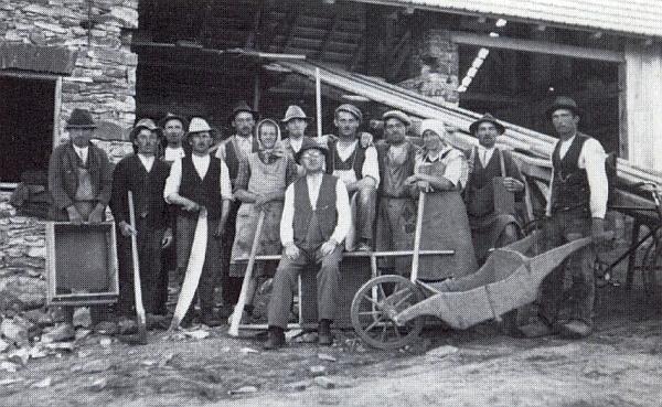 Pan řídící Reininger s pomocníky při stavbě svého domu v roce 1935