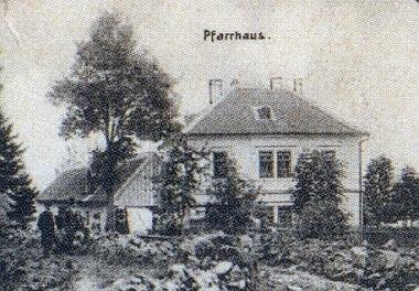 """Na výřezech ze """"složené"""" křišťanovské pohlednice je zachycena škola i fara"""