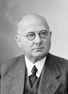 """Snímek ze Seidelova fotoateliéru z 30. června 1940 je psán na jméno aadresu """"ReiningerO.L., Christianberg"""", pod zkratkou se pravděpodobně skrývá """"Oberlehrer"""""""