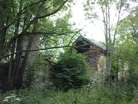 Račín dnes (2010) - zachovaný krátký úsek dlážděné cesty, místy patrné základy domů a jediný rozpadající se statek