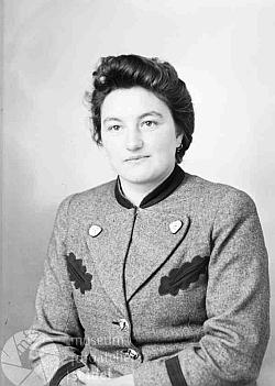 Tento snímek byl pořízen včeskokrumlovském fotoateliéru Seidel dne 9. března roku 1944 na jméno aadresu Watzl Frieda, Ratschin 26, Post Glöckelberg