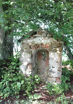Kaplička, která zbyla z rodné Dolní Pestřice před a po rekonstrukci v roce 2012,...