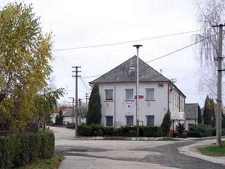 Na snímku z jeho rodné Studienky (Hausbrunn, Hausprunka) je zachycena někdejší synagoga, dnes sídlo obecního úřadu