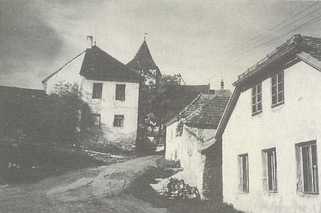Takto zachytil Svéraz i se školní budovou v roce 1989 Franz Wischin