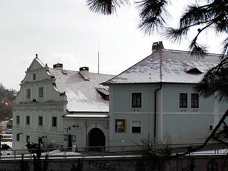 """... a jeho rodný dům na českokrumlovském Latráně čp. 149 (""""Vošahlíkův mlýn"""")"""