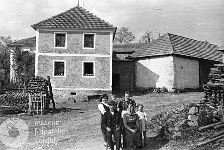 Srovnání jednoho z místních statků kdysi (1946)...