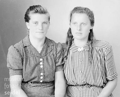 """Tento snímek z roku 1944 by měl zachycovat podle popisu i jeho sestru Hermine, všechny tři fotografie jsou psány na adresu """"Tusch 2"""""""