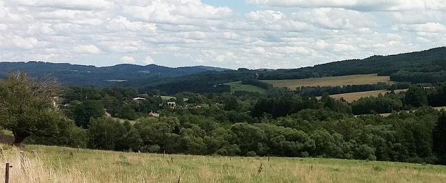 Rodný kraj: vlevo mezi stromy Suš, uprostřed snímku Svéraz, za ním vpravo stávala Tisovka