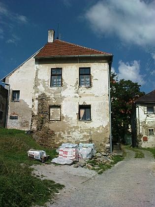 Dům čp. 16 ve Svérazi, kde bývala škola, jak stále dokládá oprýskaný nápis nad vchodem, stavení čp. 15 stávalo vedle