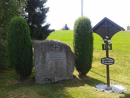 """U Haidmühle, jen několik set metrů od Nového Údolí, stojí kříž """"Zum Gedenken an die Heimat"""", připomínající německé obyvatele Nového Údolí (napravo je památník padlých z farnosti České Žleby)"""