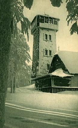 """Původní podoba někdejší """"Pasovského chýše"""" u rozhledny Klubu ceských turistů na Čerchově na snímku z roku 1908 a přestavěná chata o 20 let později"""