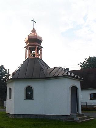 Novostavba Kolomanovy kaple ve Ždánově na snímku z roku 2018, vedle nové kaple jsou naskládanými kamenyvyznačenyzáklady původní velké kaple (viz i Josef Dichtl)