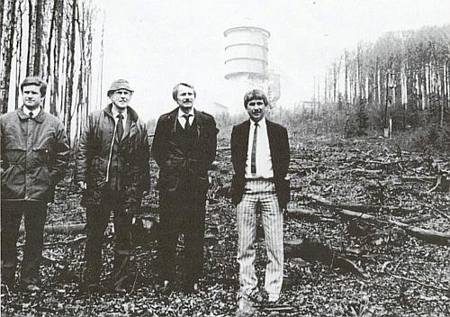 """Historický snímek z dubna roku 1990, kdy stanul mj. spolu s Reinholdem Macho na vrcholu hory Poledník s dosud """"zadrátovanou"""" vojenskou věží elektronické ostrahy státní hranice, ze které později vznikla rozhledna (Reitmeier zcela pravo, Macho vedle něj)"""