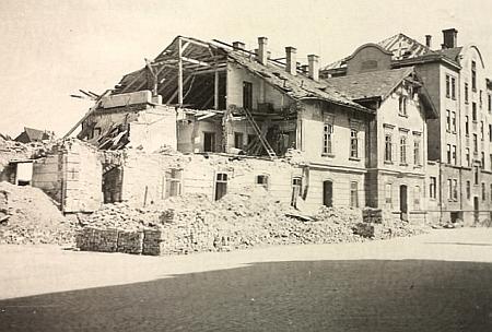 Takto vypadala část českobudějovického nádraží naproti tiskárně Moldavia po spojeneckém bombardování na jaře roku 1945