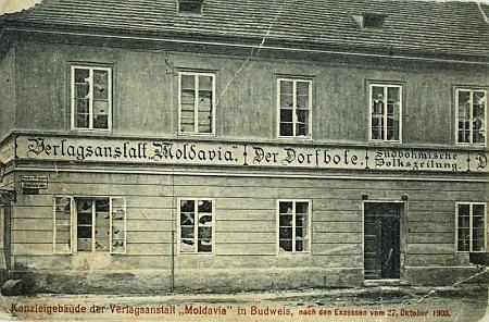 """Sídlo nakladatelství na snímku s vytlučenými okny """"po excesech"""" 27. října 1908"""